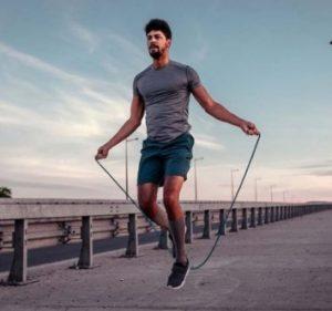 άντρας γυμναστική με σχοινάκι