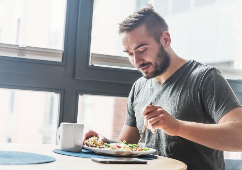 άνδρας τρώει υγιεινά για τον μεταβολισμό