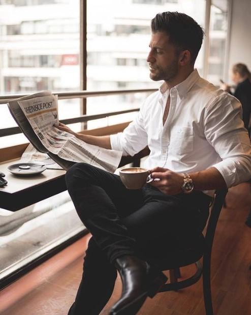 άντρας διαβάζει εφημερίδα φοράει άσπρο πουκάμισο μαύρο τζιν
