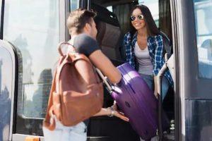 άντρα βοηθάει μια γυναίκα με τη βαλίτσα της