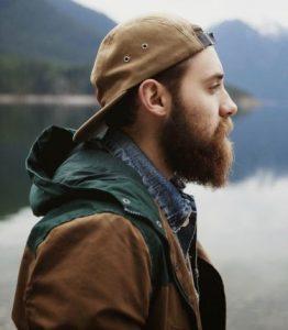 άντρας με καπέλο