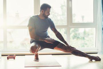 ανδρας κανει ασκησεις στο σπιτι