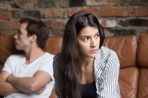 γυναίκα γέρνει μπροστά πίσω άντρας καταλάβεις λέει ψέματα