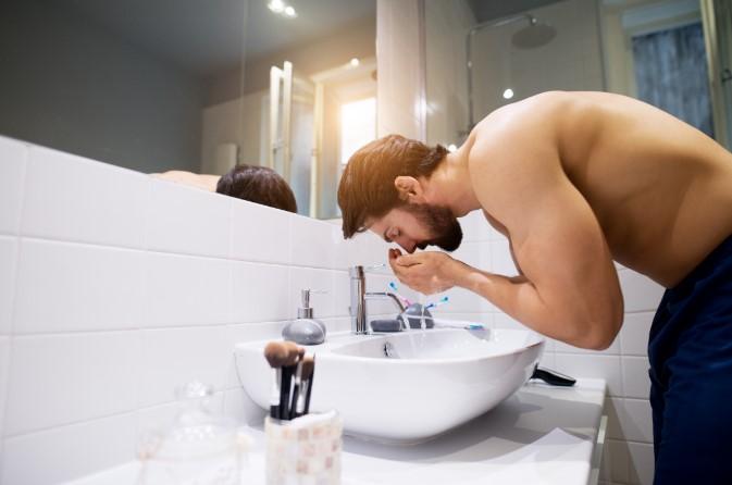 τακτικό πλύσιμο του προσώπου και χρήση ενυδατικής κρέμας