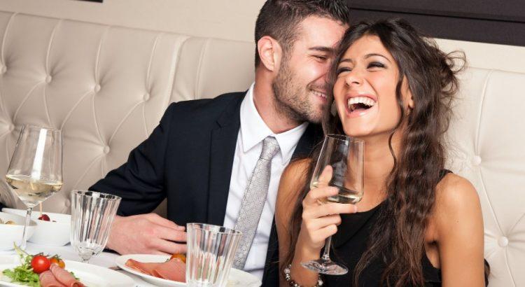 χαρούμενο ζευγάρι σε δείπνο
