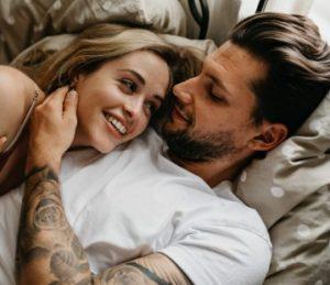 ζευγάρι αγκαλιά στο κρεβάτι