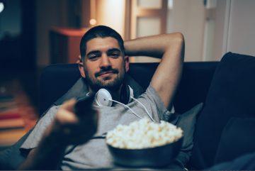 ανδρας βλεπει ταινια