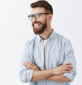 άντρας με γυαλιά και πουκάμισο γελάει