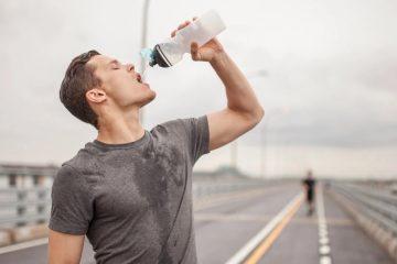 άντρας πίνει νερό γυμνάζεται βελτιώσεις απόδοση γυμναστική