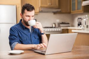 άντρας δουλειά από σπίτι