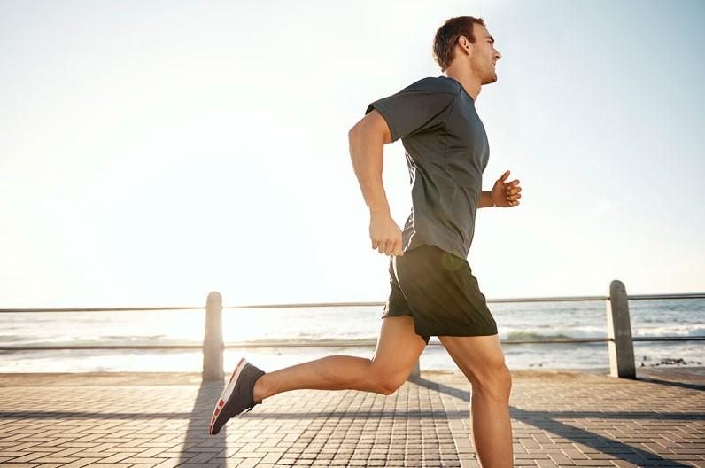 άντρας τρέχει παραλία