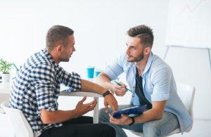 δύο άντρες φίλοι συζητάνε