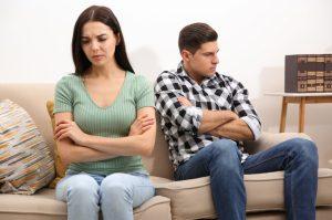 ενοχλημένη γυναίκα με τον άντρα της