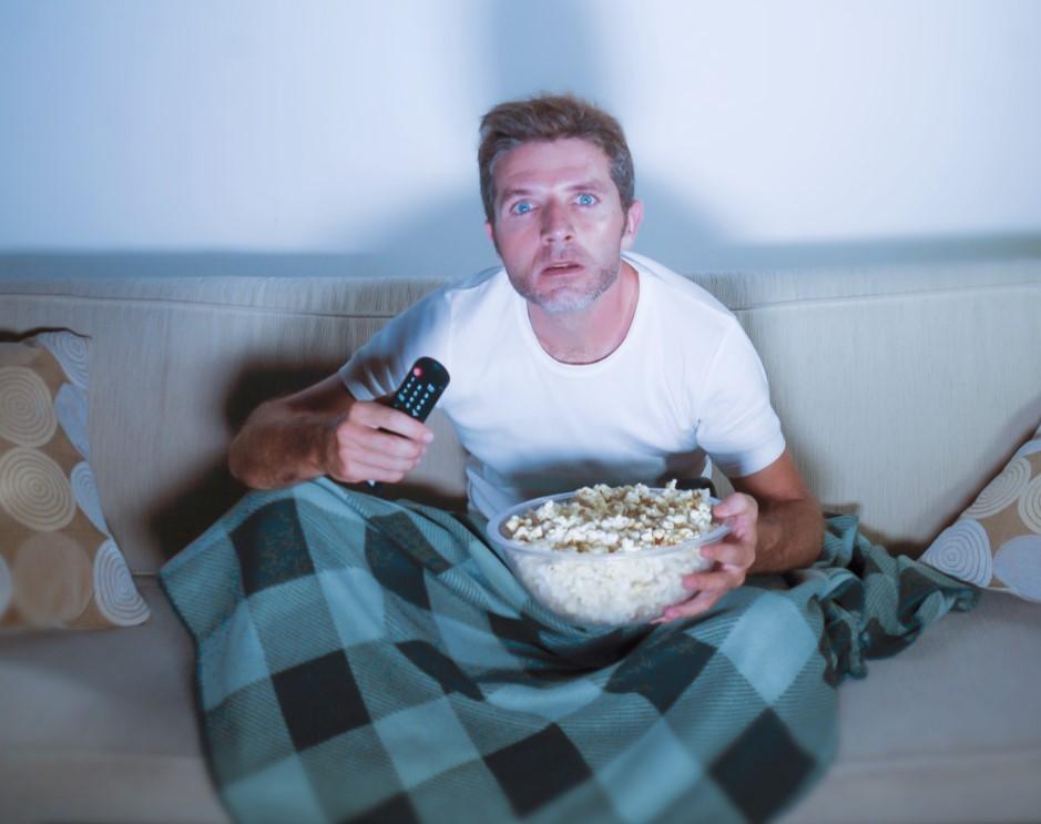 πως να περάσεις όμορφα το χρόνο σου στο σπίτι βλέποντας ταινίες και σειρές στην τηλεόραση