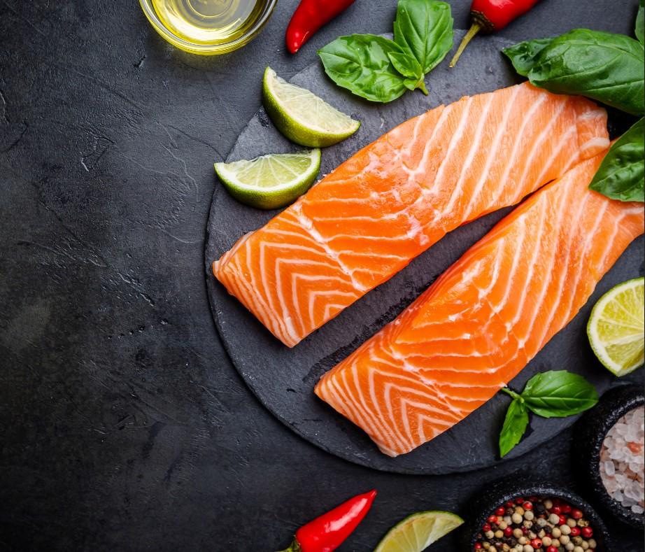 Η κατανάλωση ψαριού, σολομού τόνου, σκουμπρί σαρδέλας για διατροφή