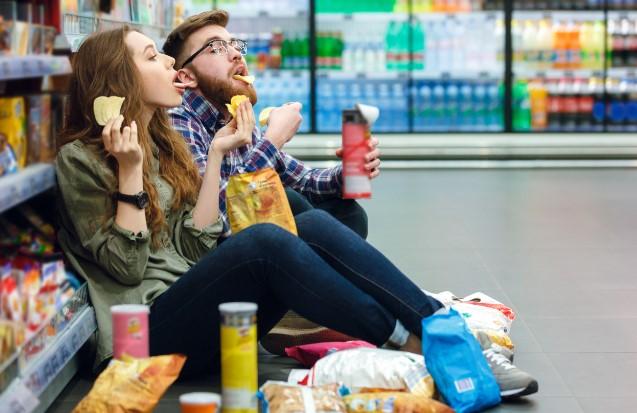 ψώνια στο σούπερ μάρκετ πεινασμένος