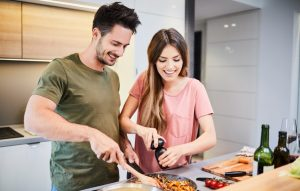 χαρούμενο ζευγάρι μαγειρεύει μαζί
