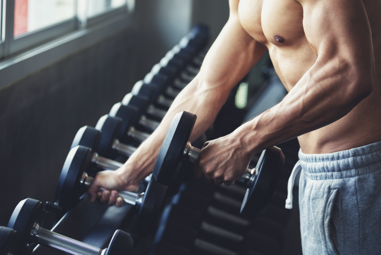 άνδρας γυμνασμένος κάνει ασκήσεις γυμναστικής