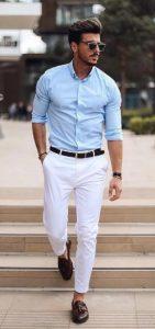 άντρας με άσπρο παντελόνι και πουκάμισο