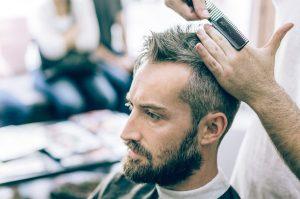 άντρας γκρίζα μαλλιά κουρεύεται