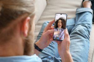 άντρας κάνει βίντεο κλήση με τη γυναίκα του