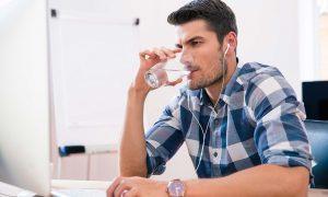 άντρας πίνει νερό ποτήρι