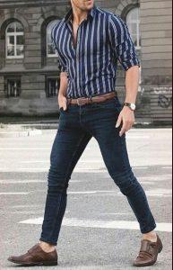 άντρας με ριγέ πουκάμισο
