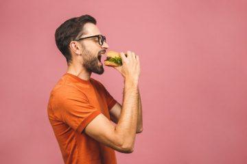 άντρας τρώει μπέργκερ