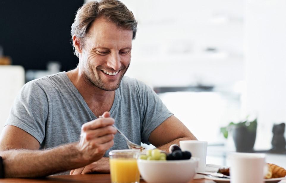 άντρας τρώει φρούτα χυμό διατροφή ηλικία