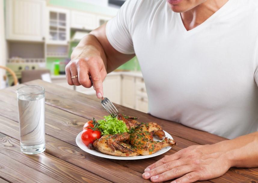 άντρας τρώει υγιεινά