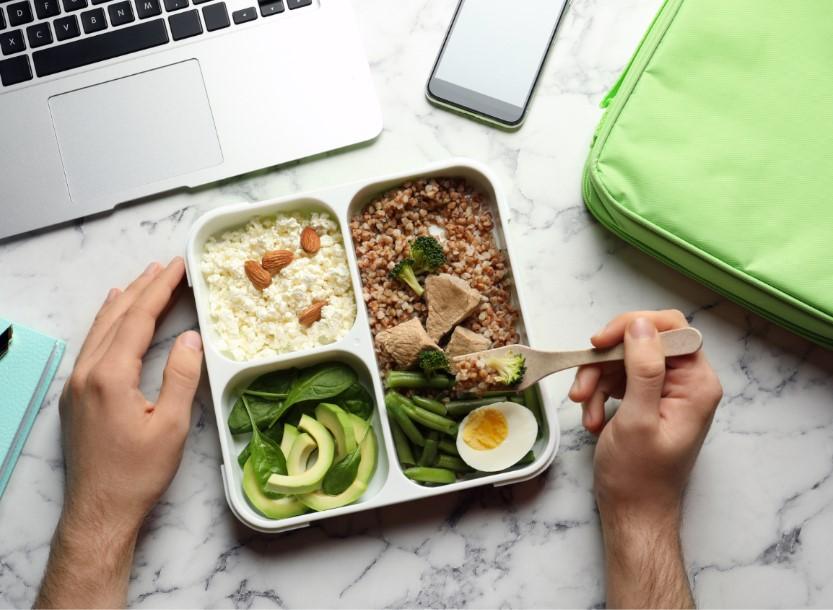 άντρας τρώει υγιεινό γεύμα