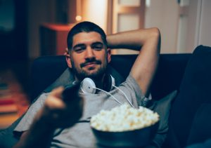 άντρας βλέπει ταινία