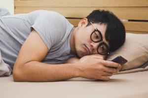 εθισμένος στο κινητό άντρας