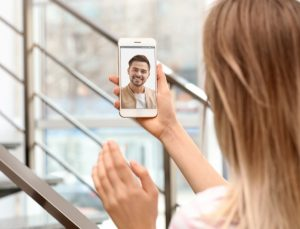 γυναίκα κάνει βίντεο κλήση με τον άντρα της