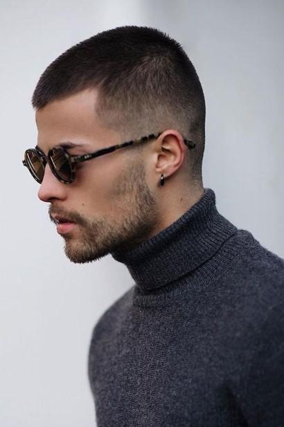 κοντοκουρεμένος άντρας γυαλιά