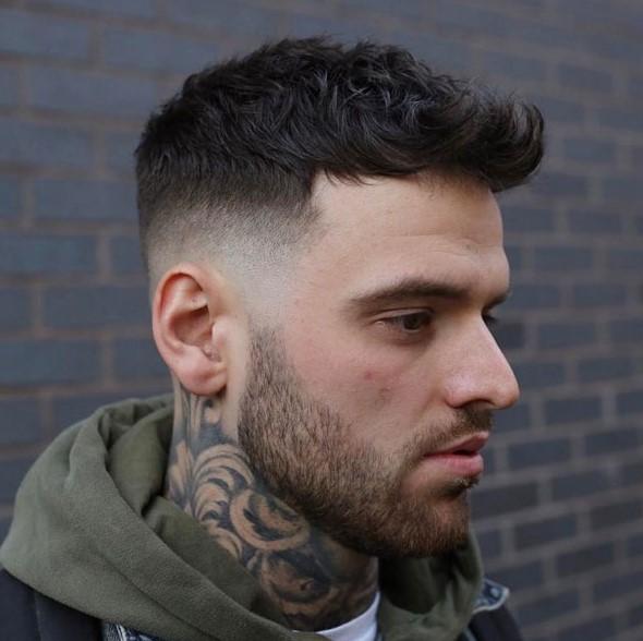 κυματιστό μαλλί πάνω ξυρισμένο στο πλάι