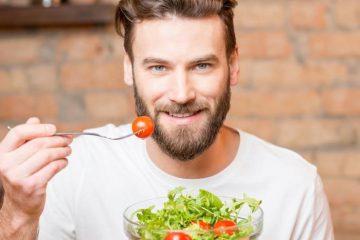 νέος άντρας τρώει σαλάτα