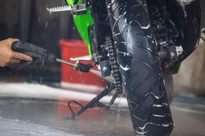 πλύσιμο μοτοσυκλέτας με πιεστικό