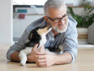 χαρούμενος άντρας με σκυλάκι