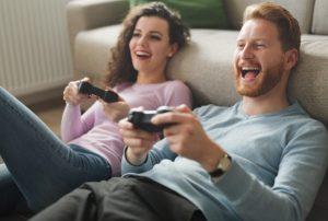 ζευγάρι παίζει διαδικτυακό παιχνίδι