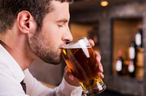 άντρας πίνει μπύρα