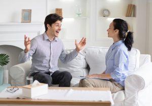 ενθουσιασμένος άντρας μιλάει με πάθος