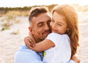 κοριτσάκι αγκαλιάζει τον μπαμπά της
