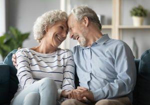 χαρούμενο ηλικιωμένο ζευγάρι