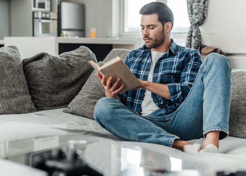άντρας διαβάζει βιβλίο