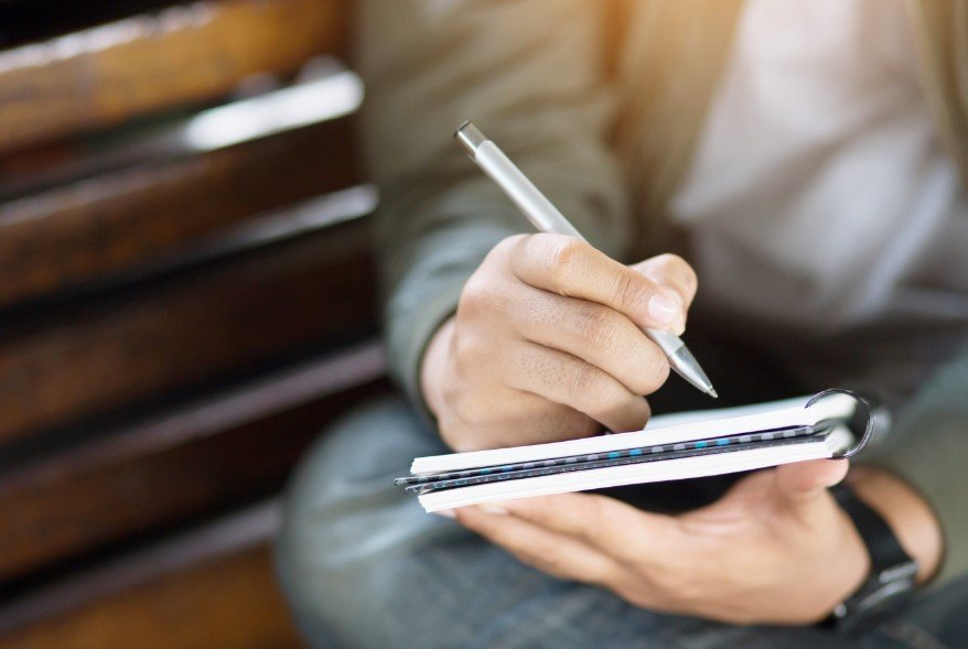 άντρας γράφει λίστα
