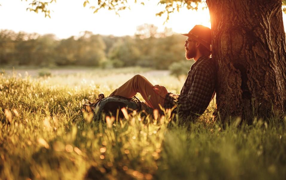 άντρας κάθεται ήρεμος στη φύση