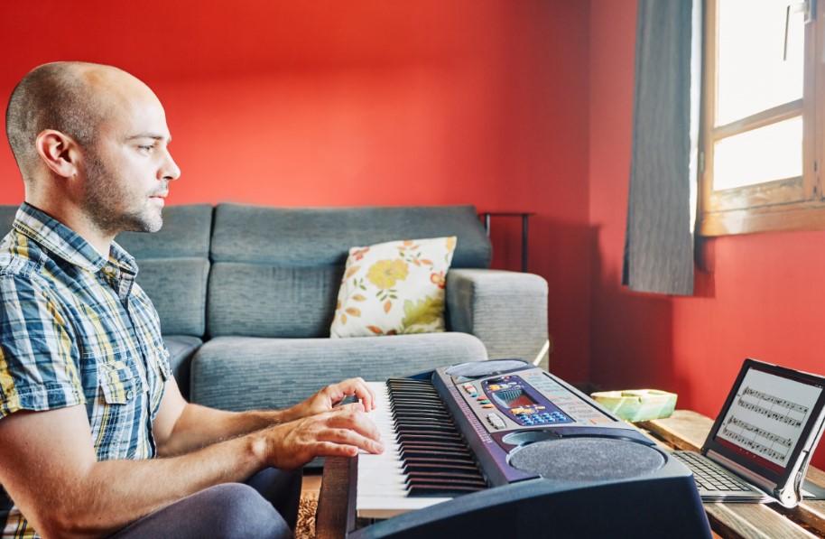 άντρας παίζει πιάνο