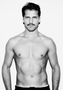 άντρας χωρίς μπλούζα μουστάκι