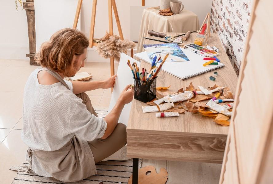 δημιουργικός άντρας ζωγραφίζει